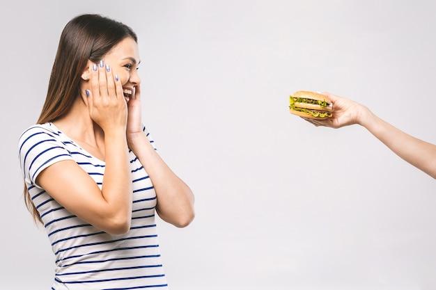 ジャンクフードやファーストフードのハンバーガーにサインはいをしている女性