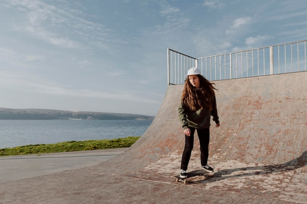 호수 옆에 스케이트 보드 트릭을하는 여자