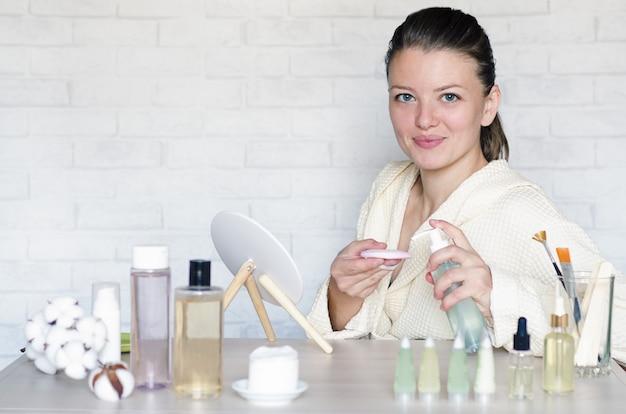 Женщина делает спа-процедуры с использованием натуральной косметики.