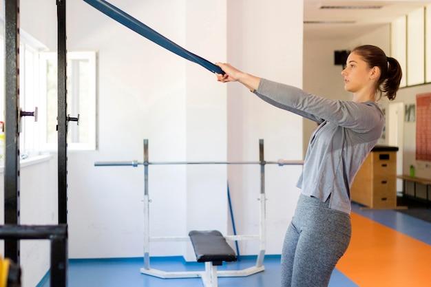 Женщина делает спортивные упражнения