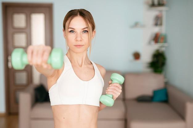 Donna che fa sport a casa