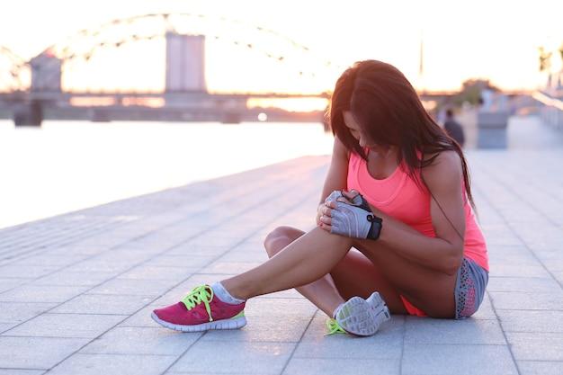 Женщина занимается спортом на открытом воздухе