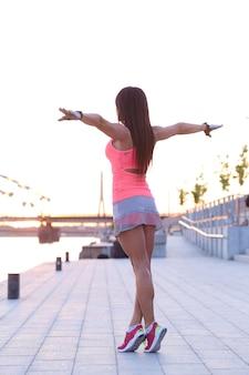 屋外でスポーツをしている女性