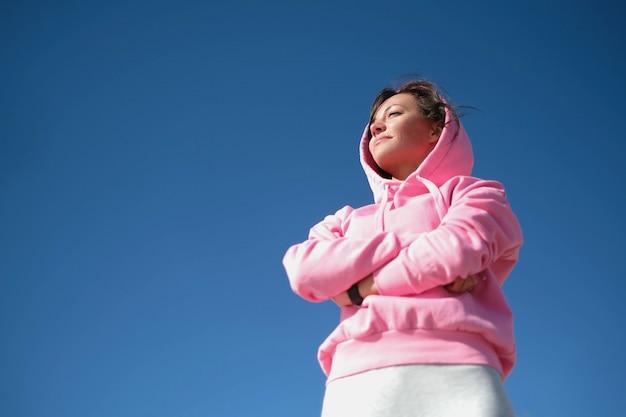 Donna che fa sport all'aperto