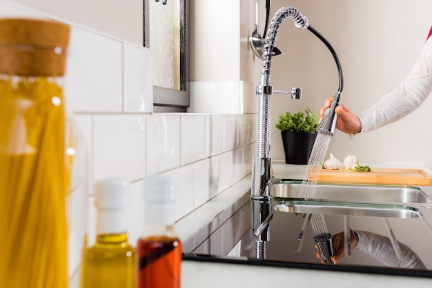 台所で料理をしている女性