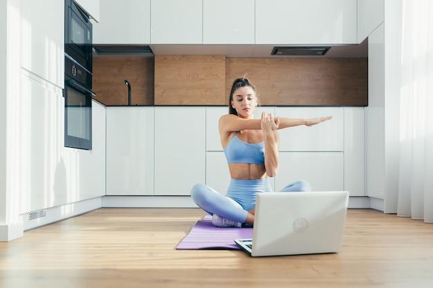 Женщина занимается йогой дома