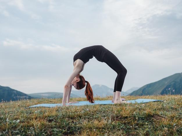 ヨガ体操フィットネスマットアーサナ瞑想をしている女性
