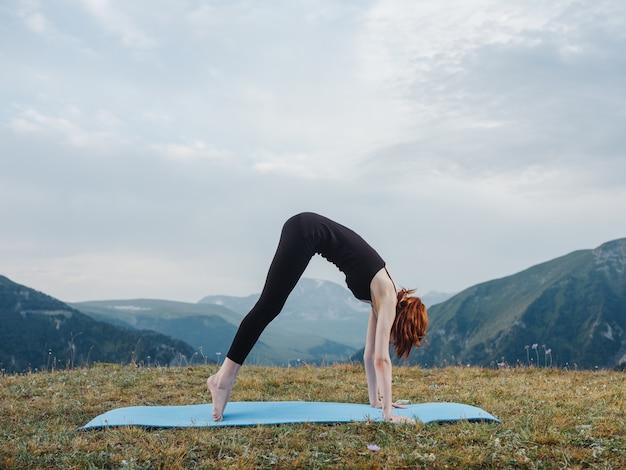 ヨガ体操フィットネスマットアーサナ瞑想をしている女性。