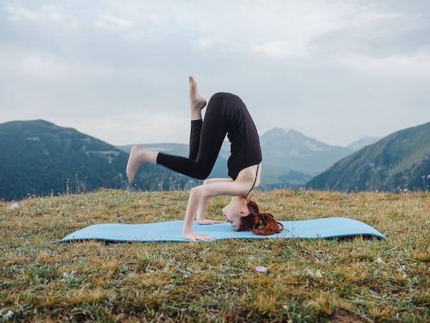 山の自然の健康の屋外でヨガをしている女性