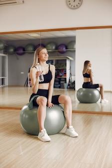 Женщина занимается йогой. спортивный образ жизни. тонированное тело