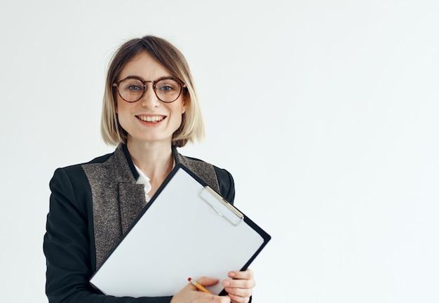 Скачать женщина с документами в руках на светлой стене.