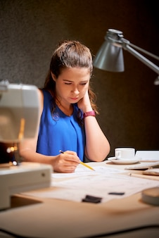 Женщина, рисование на рабочем месте в офисе