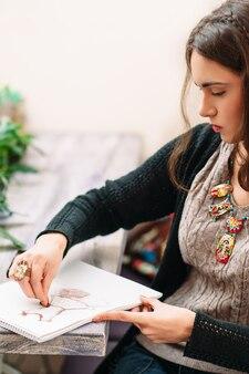 アートスタジオで描く女性