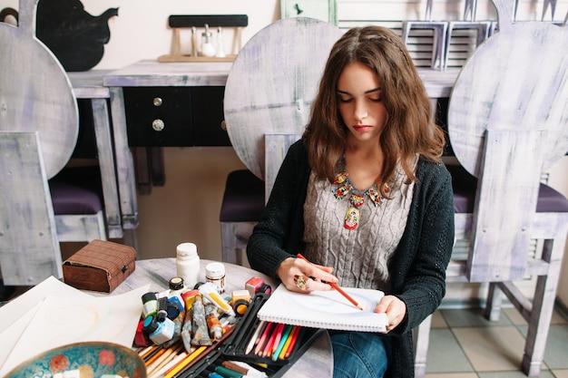 スタジオで描く女性