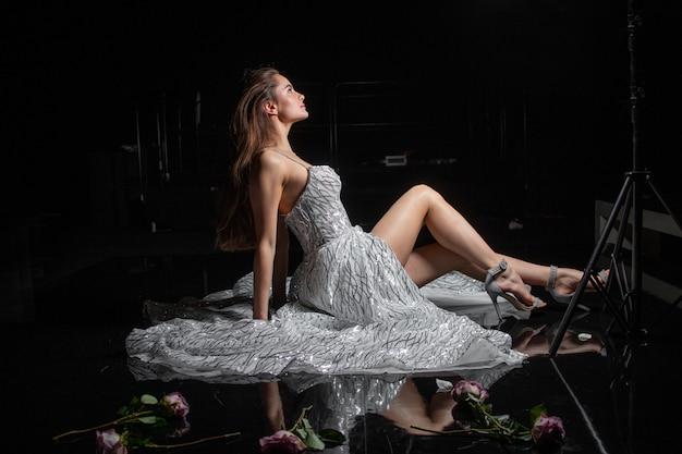 Женщина платье свадебный стиль этап роза позирует. фото высокого качества