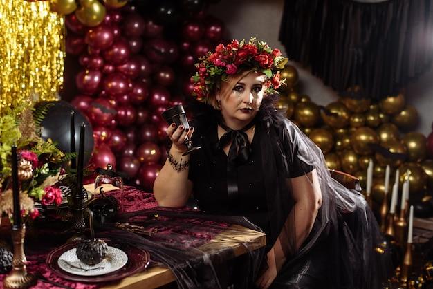 頭に花をつけた魔女に扮した女性