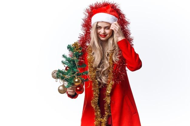 サンタの休日の装飾のクリスマスツリーに扮した女性