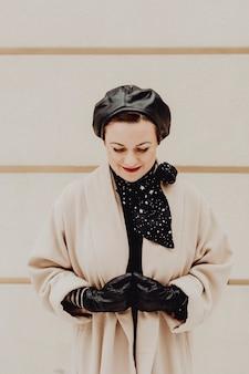 Donna vestita con abiti invernali alla moda