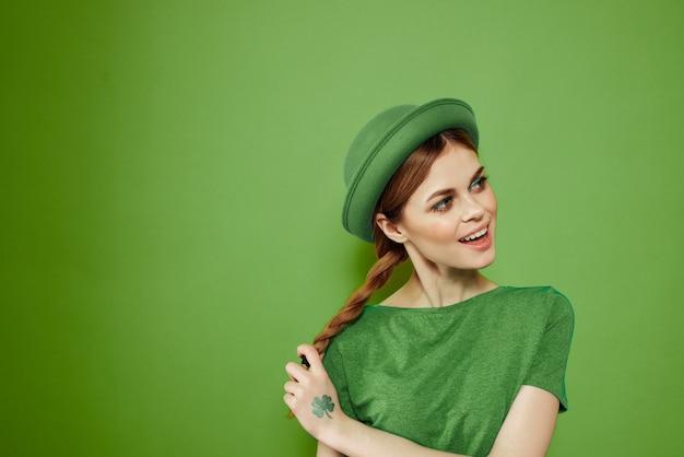 聖パトリックの日の緑の服を着た女性