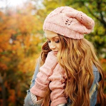 분홍색 니트 모자와 장갑을 입은 여자.