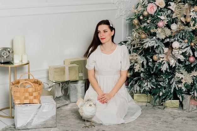 여자, 드레싱, 크리스마스 트리, 미소, 새해 인테리어에 앉아