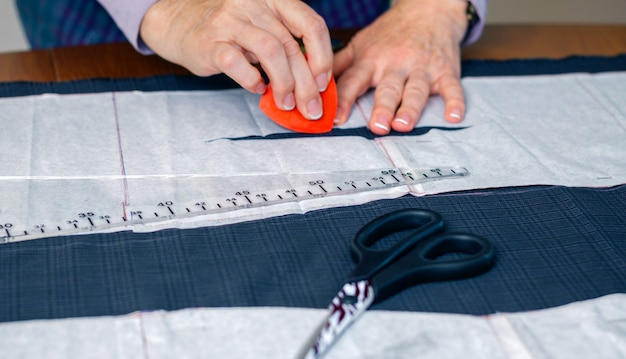 テーブルの上のスーツの女性の洋裁デザインのテーラーパターン