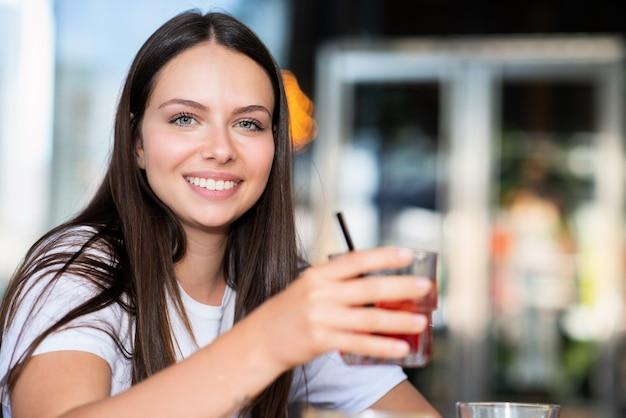 屋外でカクテルを飲む女性