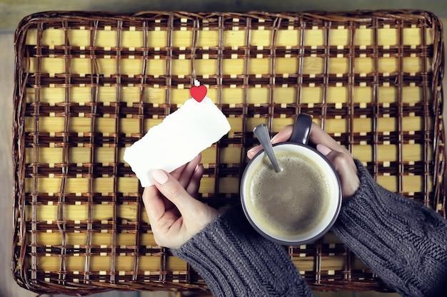 Женщина пьет кофе и смотрит на день святого валентина карты