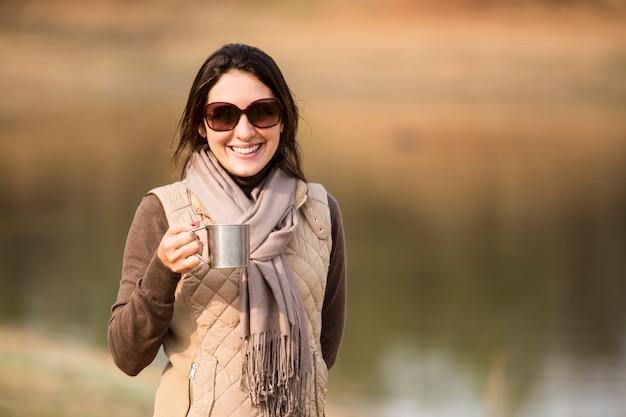 サファリでコーヒーを飲む女性。
