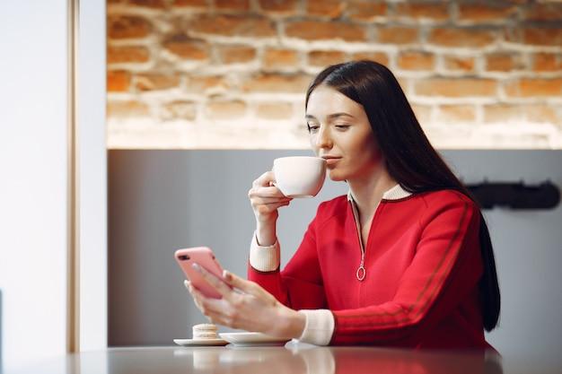 Donna che beve il caffè al mattino al ristorante