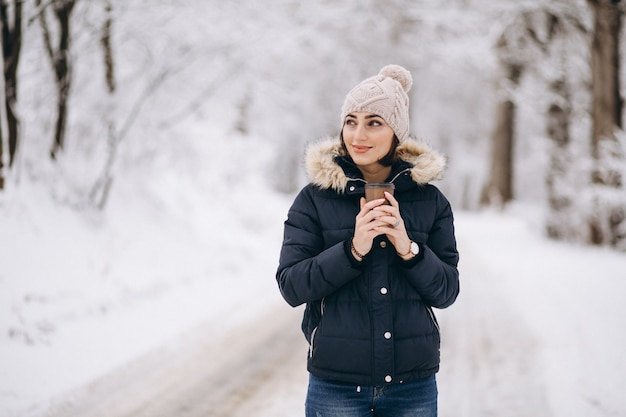 Женщина выпивает кофе зимой