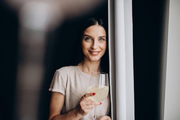 Donna che beve limonata a casa