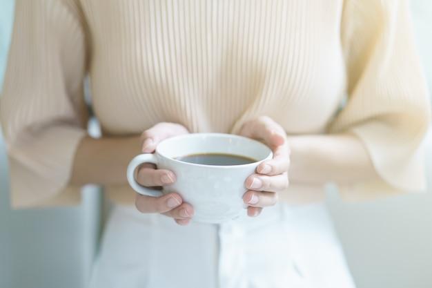 아침에 차나 커피를 마시는 여자