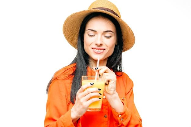 女性は白でフレッシュジュースの果物を飲みます