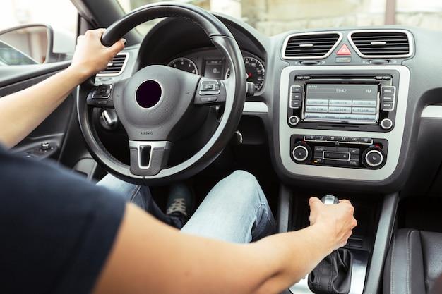 차를 운전하는 여자 드라이버