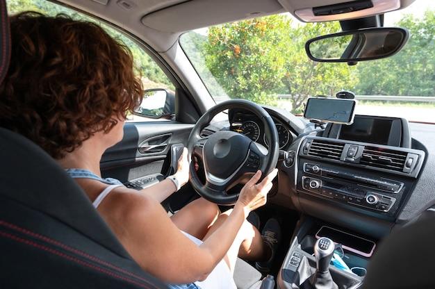 Женщина водит машину, следуя указаниям gps