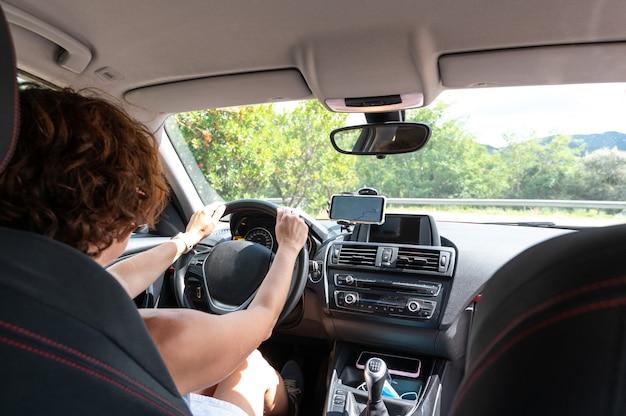 Gpsの指示に従って運転する女性