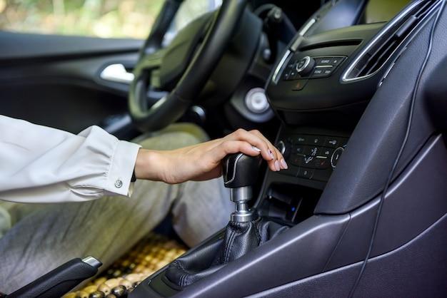 스티어링 휠과 자동차를 운전하는 여자. 차 안에서 여성 드라이버