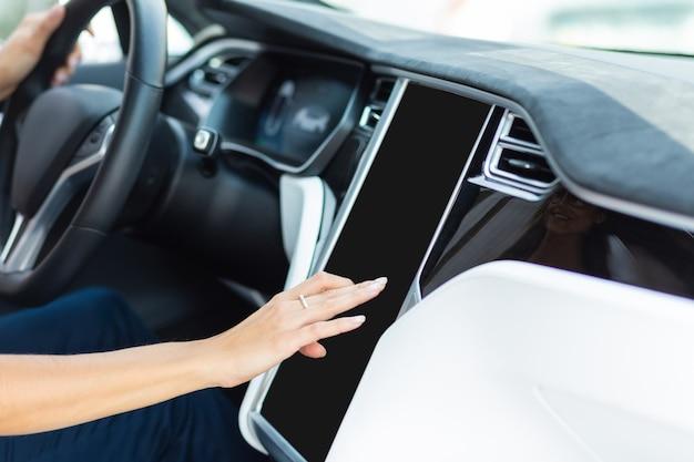 Женщина за рулем автомобиля. женщина за рулем автомобиля утром с помощью навигатора при поиске маршрута