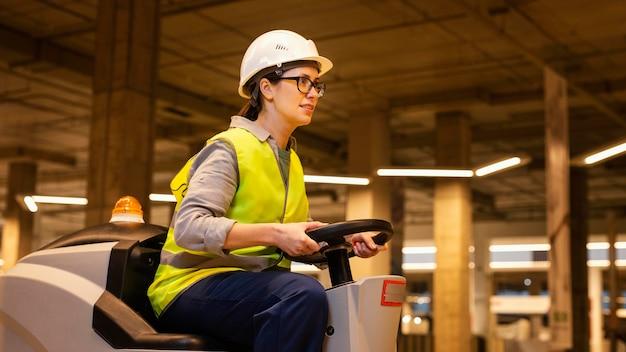 掃除機ミディアムショットを運転する女性