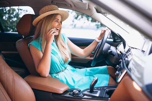 車で運転する女性