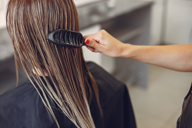 Женщина сушит волосы в парикмахерской
