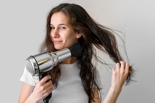 Donna che asciuga i capelli