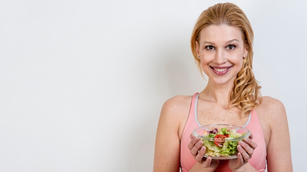 レタスのサラダを食べる女