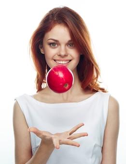 リンゴを食べる女