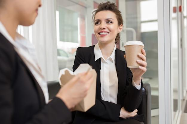 직장에서 중국어를 먹는 여자