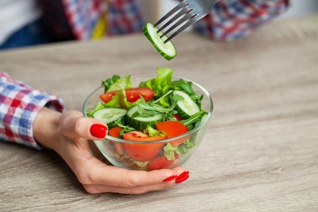 체중 감량을위한 다이어트 샐러드를 먹는 여자