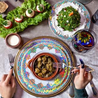 ドルマ、アゼルバイジャンの食事の上面図を食べる女性