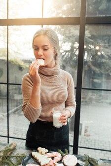 우유와 함께 진저 쿠키를 먹는 여자