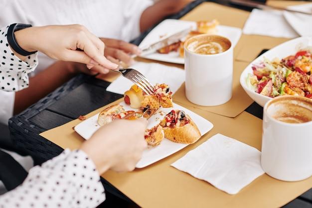 カフェでランチを食べる女性